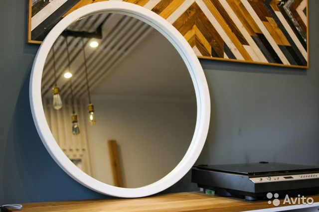 зеркало круглое настенное в деревянной раме